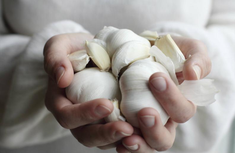 ¿Por qué es bueno tomar ajo en ayunas?